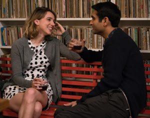 Filmstill aus THE BIG SICK - Emily (Zoe Kazan) lernt Kumail (Kumail Najiani) kennen. - Photo by Sarah Shatz - © Weltkino Filmverleih