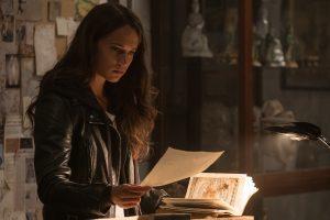 Szenenbild aus TOMB RAIDER (2018) - Lara (Alicia Vikander) findet ein Geheimnis heraus - © 2018 Warner Bros. Entertainment Inc. und Metro-Goldwyn- Mayer Pictures Inc.
