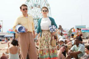Szenenbild aus BROOKLYN (2015) - Tony (Emory Cohen) und Eilis (Saoirse Ronan) auf Coney Island - © 20th Century Fox