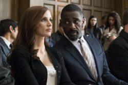 Szenenbild aus MOLLY'S GAME (2017) - Molly Bloom (Jessica Chastain) und Charlie Jaffey (Idris Elba) im Gerichtssaal - © Square One Entertainment
