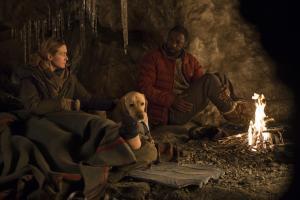 Szenenbild aus ZWISCHEN ZWEI LEBEN - THE MOUTAIN BETWEEN US (2017) - Alex (Kate Winslet) und Ben (Idris Elba) finden einen Unterschlupf - © 20th Century Fox