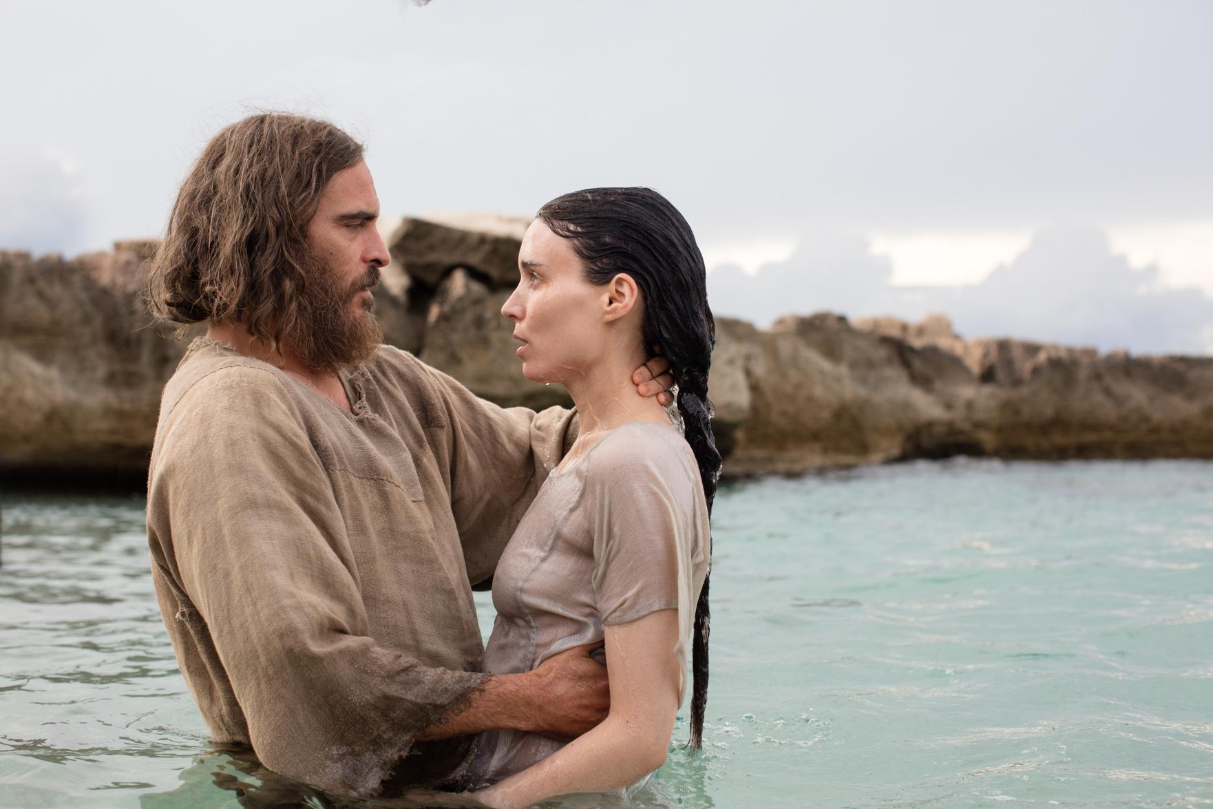 Szenenbild aus MARIA MAGDALENA - MARY MAGDALENE - Jesus (Joaquin Phoenix) tauft Maria Magdalena (Rooney Mara) im Fluss - © Universal Pictures