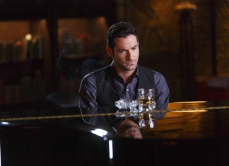 Szenenbild aus LUCIFER - Staffel 2 - Lucifer (Tom Ellis) am Klavier - © Amazon Newsroom