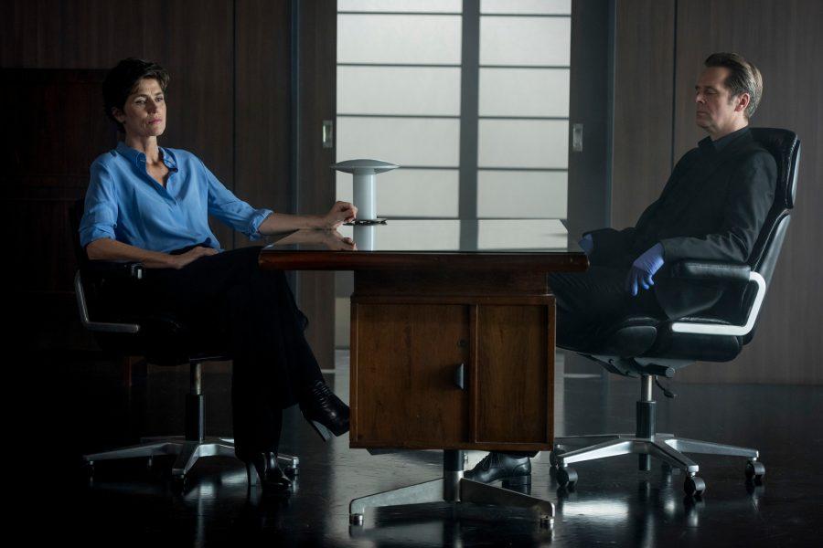 Szenenbild aus PROFESSOR T. - Staffel 2 - Christina Fehrmann (Julia Bremermann), bittet Professor T. (Matthias Matschke) um Hilfe in einem Fall, der sie persönlich trifft. Wahrscheinlich hat sie vor Jahren einen unschuldigen Mann hinter Gitter gebracht. - © ZDF/Martin Rottenkolber