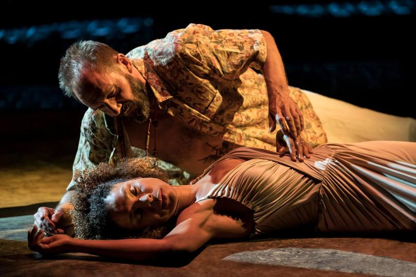 Szenenbild aus NT Live: ANTONY & CLEOPATRA (2018) - Antonius (Ralph Fiennes) und Kleopatra (Sophie Okonedo) - Credit: Johan Persson