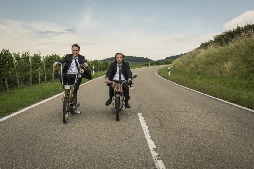 Szenenbild aus 25 km/h - Christian (Lars Eidinger) und Georg (Bjarne Mädel) unterwegs - © Sony Pictures