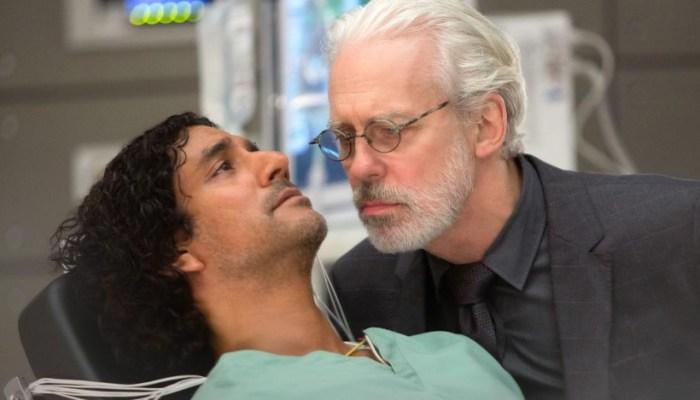 Szenenbild aus SENSE 8 - 1. Staffel (2015) - Whispers (Terrence Mann) will von Jonas (Naveen Andrews) alles über die Sensates herausfinden. - © Netflix