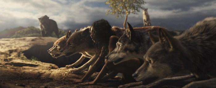 Szenenbild aus MOWGLI (2018) - Mogli (Rohan Chand) und das Wolfsrudel - © Netflix