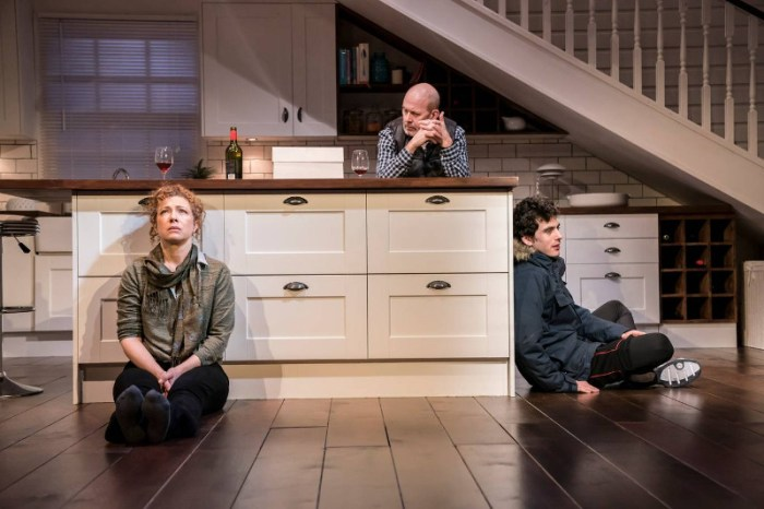 Szenenbild aus ADMISSIONS - Trafalgar Studios, London - Sherri (Alex Kingston), Bill (Andrew Woodall) und Charlie (Ben Edelman) - Photo Credit: Johan Persson