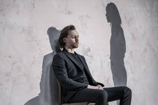 Szenenbild aus BETRAYAL - Robert (Tom Hiddleston) - Photo Credit: Marc Brenner