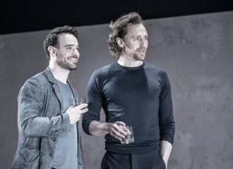 Szenenbild aus dem Theaterstück BETRAYAL - Jerry (Charlie Cox) und Robert (Tom Hiddleston) - Photo Credit: Marc Brenner