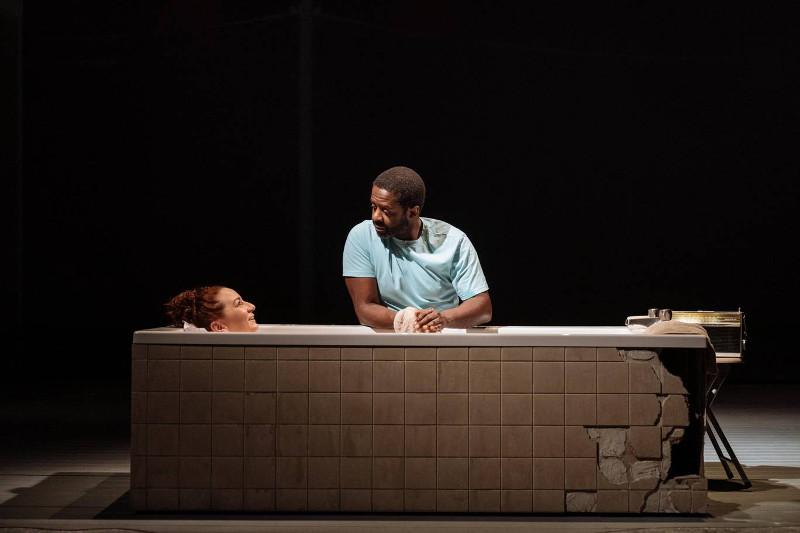 Szenenbild aus COST OF LIVING im Hampstead Theatre - Eddie (Adrian Lester) und Ani (Katy Sullivan) - Photo by Manuel Harlan
