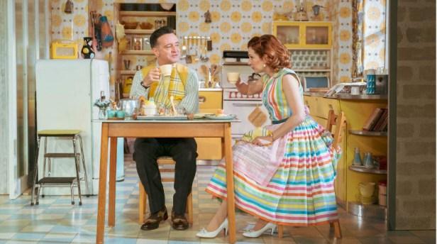 Szenenbild aus HOME, I'M DARLING - Judy (Katherine Parkinson) und Johnny (Richard Harrington) beim Frühstück - ©  Photo Credit: Manuel Harlan