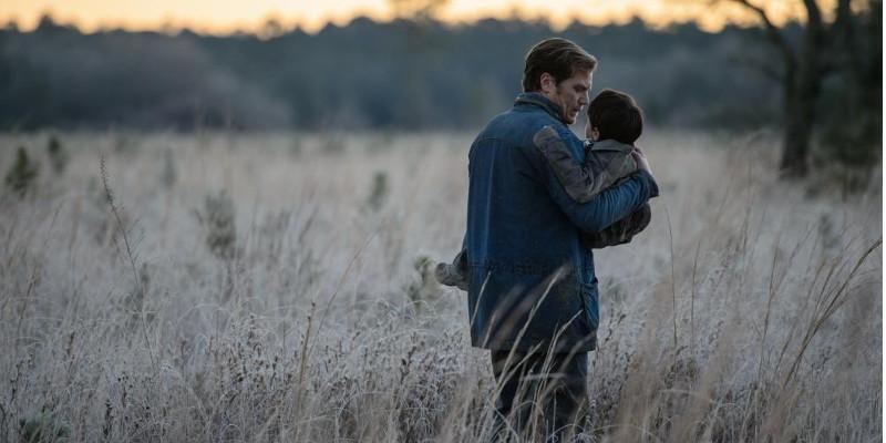 Szenenbild aus MIDNIGHT SPECIAL - Roy (Michael Shannon) versucht seinen Sohn zu beschützen. - © Warner Bros.