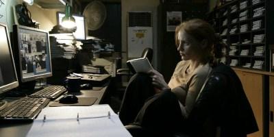 Szenenbild aus ZERO DARK THIRTY - Maya (Jessica Chastain) sucht nach Hinweisen. - © Universal Pictures