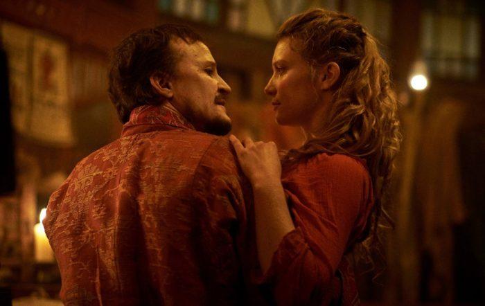Szenenbild aus JUDY AND PUNCH - Mr. Punch (Damon Herriman) und Judy (Mia Wasikowska) - © Filmfest München