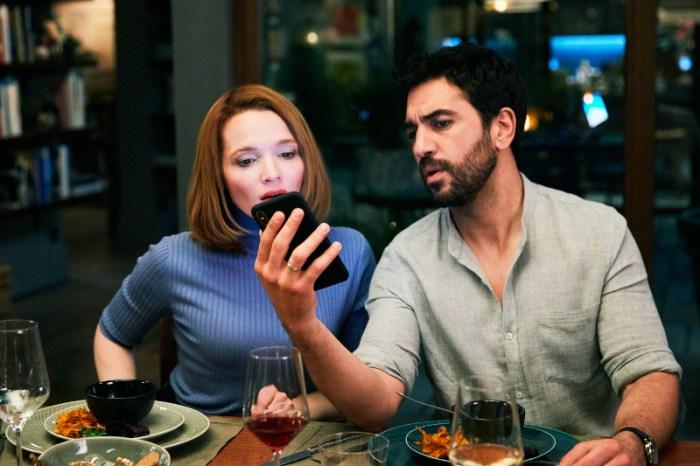 Szenenbild aus DAS PERFEKTE GEHEIMNIS - Carlotta (Karoline Herfurth) und Leo (Elyas M'Barek) - © Constantin