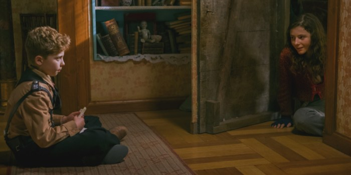 Szenenbild aus JOJO RABBIT (2019) - Jojo (Roman Griffin Davies) trifft auf Elsa (Thomasin McKenzie) - © 20th Century Fox
