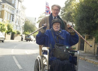 Header zu THE LADY IN THE VAN (2015) - Alan Bennett (Alex Jennings) und Miss Shepard (Maggie Smith) - © Sony Pictures