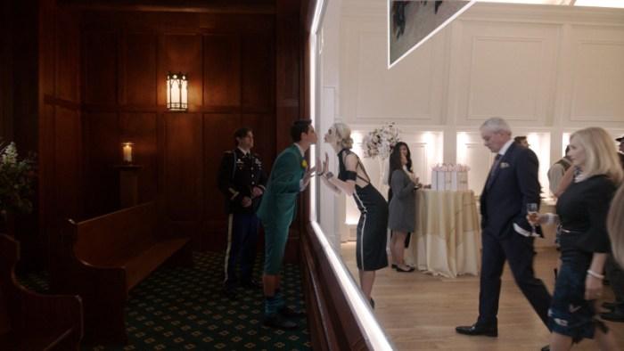 Szenenbild aus UPLOAD - 1. Staffel (2020) - Nathan (Robbie Amell) küsst Ingrid (Allegra Edwards) auf seiner Beerdigung. - © Amazon Prime Video