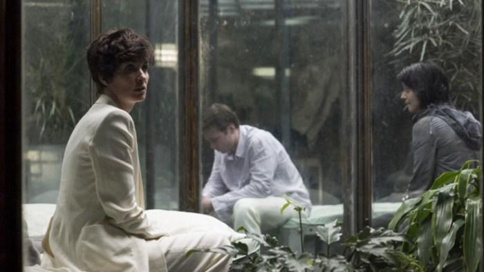 Szenenbild aus THE OA - 1. Staffel - Renata (Paz Vega) findet sich mit vier anderen in einem unterirdischen Gefängnis wieder. - © Netflix