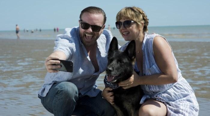 Szenenbild aus AFTER LIFE - 1. Staffel - Erinnerungen an bessere Zeiten: Tony (Ricky Gervais) mit Lisa (Kerry Godliman) - © Netflix