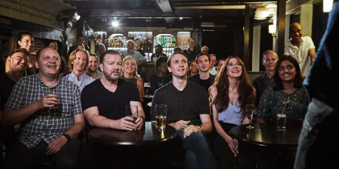 Szenenbild aus AFTER LIFE - Staffel 1 (2019) - Tony (Ricky Gervais) wird von seinen Arbeitskollegen in ein Comedyprogramm geschleppt. - © Netflix