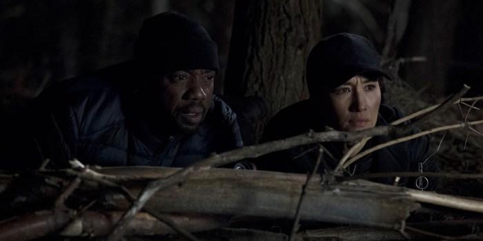 Szenenbild aus DESIGNATED SURVIVOR - 1. Staffel - Jason Atwood (Malik Yoba) und Hannah Wells (Maggie Q) finden die Drahtzieher des Kapitol-Anschlags. - © ABC