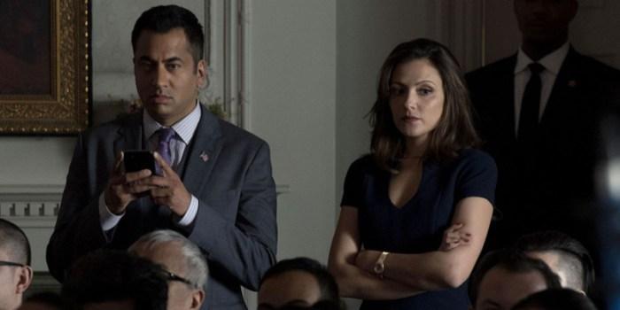 Szenenbild aus DESIGNATED SURVIVOR - 1. Staffel - Seth (Kal Penn) und Emily (Italia Ricci) arbeiten für den neuen Präsidenten. - © ABC