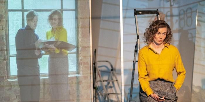 Szenenbild aus FILETSTÜCKE - WEM GEHÖRT DAS LAND - Theaterleiterin Frau Kleinhaus (Rilana Nitsch) erinnert sich an den Baubeginn. - © Monsun Theater