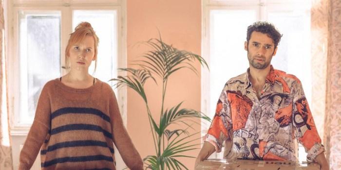 Szenenbild aus ALL YOU NEED - Sarina (Christin Nichols) und Levo (Arash Marandi) müssen die Umzug alleine machen. - © ARD Degeto/Andrea Hansen