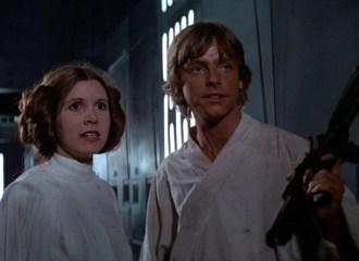 Szenenbild aus STAR WARS: EPISODE 4 - A New Hope (1977) - Leia (Carrie Fisher) und Luke (Mark Hamill) - © 20th Century Fox