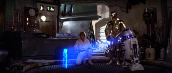 Szenenbild aus STAR WARS: EPISODE 4 - A NEW HOPE (1977) - Luke (Mark Hamill) entdeckt die Nachricht von Leia (Carrie Fisher) - © 20th Century Fox