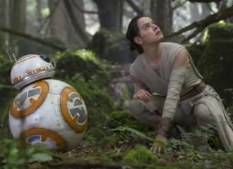 Szenenbild aus STAR WARS: THE FORCE AWAKENS - BB-8 and Rey (Daisy Ridley) - © 2015 Lucasfilm Ltd. & TM. All Right Reserved.