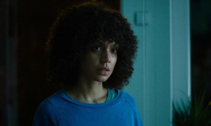 Szenenbild aus IVIE WIE IVIE - Ivie (Haley Louise Jones) gerät in eine Identitätskrise. - © Weidemannbros.