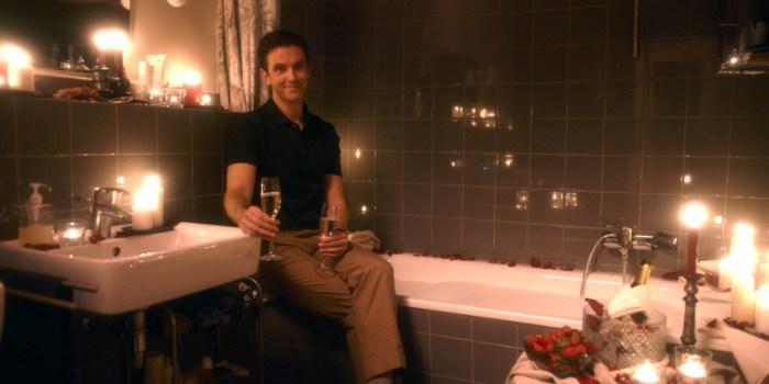 Szenenbild aus ICH BIN DEIN MENSCH - Tom (Dan Stevens) versucht Alma glücklich zu machen. - © Majestic Filmverleih