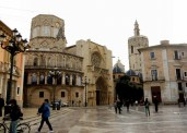 The Plaza de la Virgen is an easy walk from the Miguelete