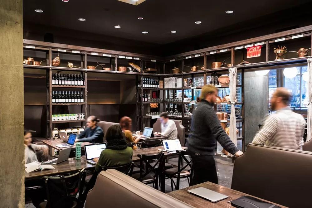 DBGB Kitchen and Bar, em NY, é o primeiro restaurante/coworking da Spacious (Foto:Andrew Frasz)