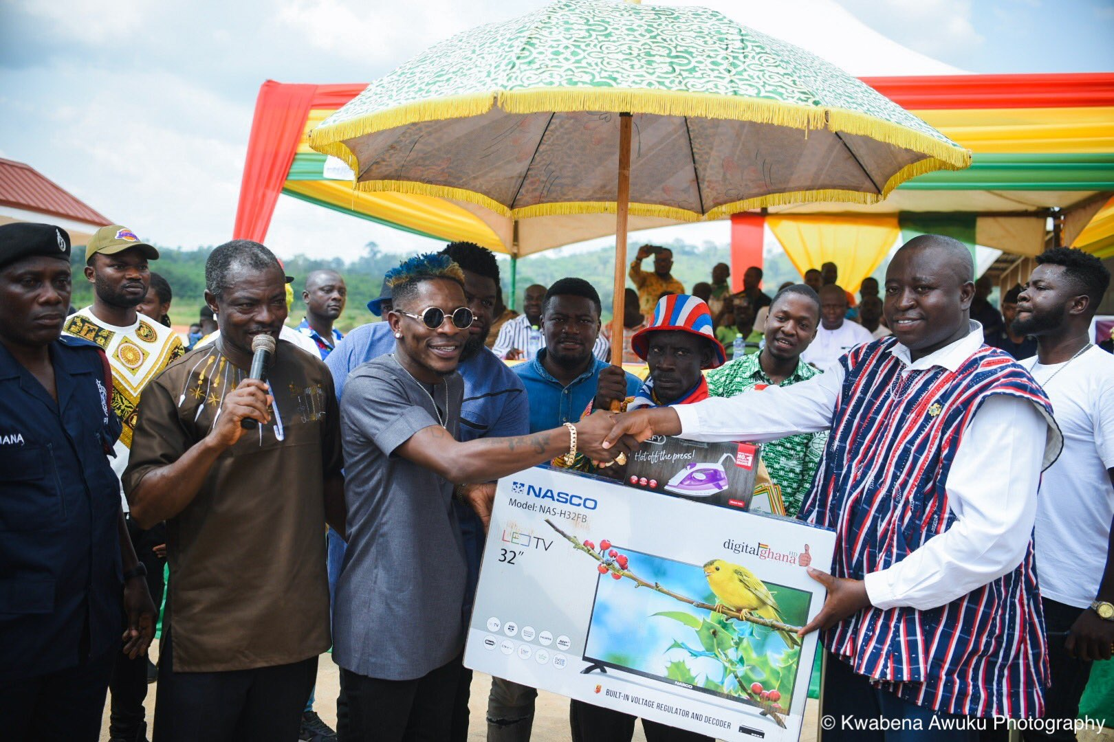 #Photos: Shatta Wale presents GHC150,000 worth of items to Farmers in the Amansie West District
