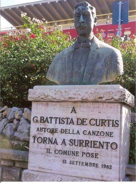 Statuia celebrului muzician Curtis în centrul orașului Sorrento