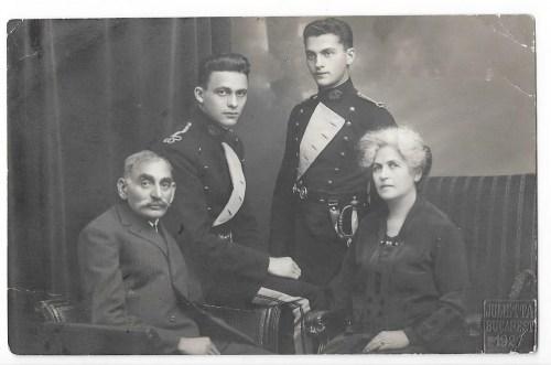 Aurel (assis) et Ionel, avec leurs parents, en 1927