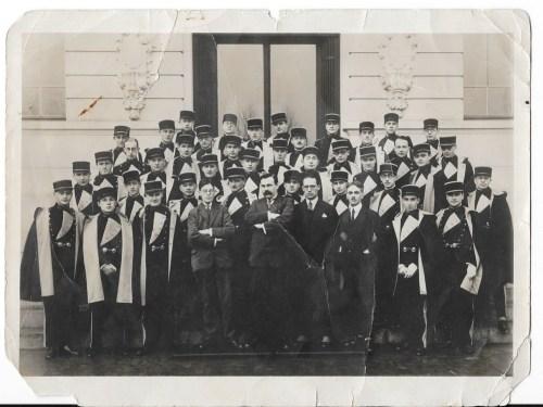 Photo de la promotion 1927; Ionel, premier rang à l'extrême droite, et Aurel, deuxième au troisième rang à gauche, prés de N. Sassis (grec d'Alexandrie) sans képi.