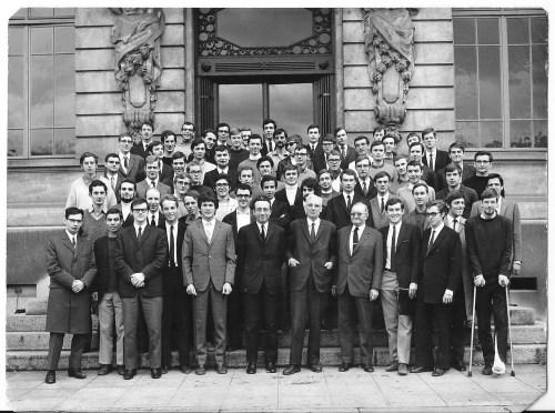 Photo de la promotion 1967 ; Adrian au cinquième rang deuxième à gauche, de profil