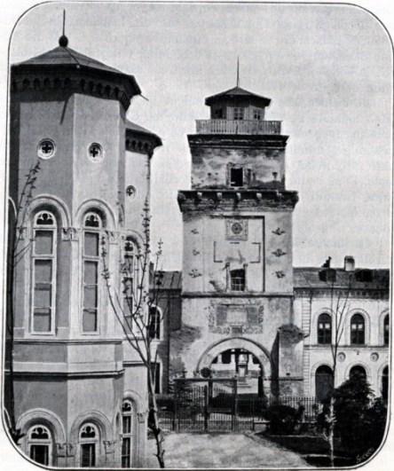 Fotografia turnului vazut din curtea palatului Suțu cu portalul neschimbat pana azi