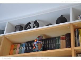 Nicho no acabamento superior de estante de livros