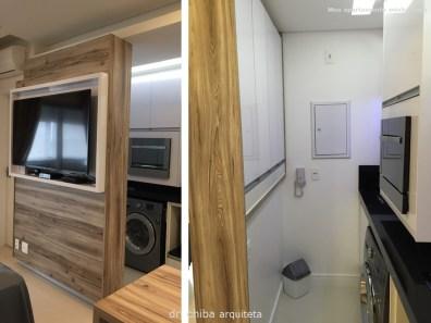 De um lado painel de TV. Do outro, armário da cozinha.