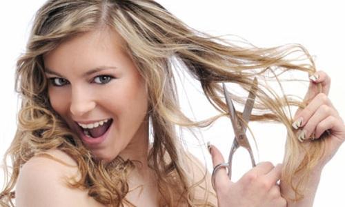 Mulher-cortando-o-cabelo
