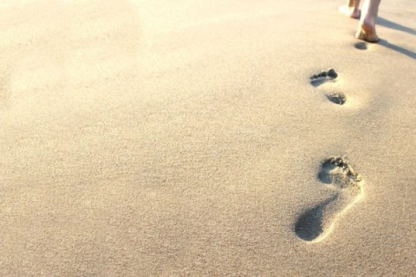 Paşi în nisip