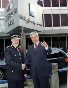LONDRA, MAREA BRITANIE:Vizita primului ministru roman, Adrian Nastase,la SCOTLAND YARD si intrevedere cu adjunctul Comandantului Politiei Metropolitane. 8. 11. 2001.