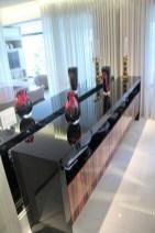 Buffet em ébano de macasssar alto brilho. Obra e foto: Adriano Gronard